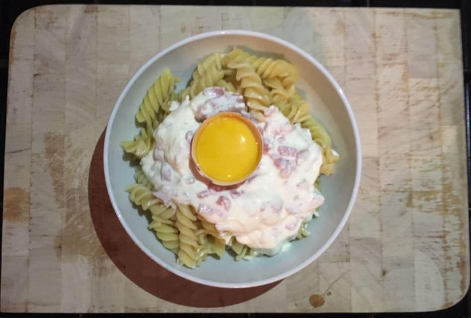 pasta carbonara op tafel