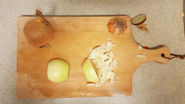 AH verspakket Surinamse Roti uien snijden