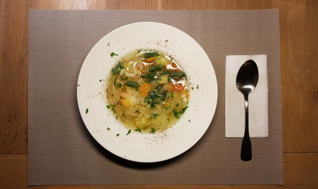 AH verspakket gezonde groentensoep op tafel