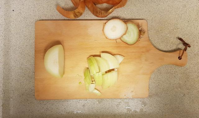 AH verspakket gezonde groentensoep uien snijden