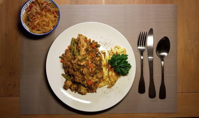 ah verspakket indonesische nasi goring klaar op tafel m