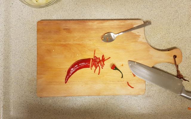 ah verspakket indonesische nasi goring rode peper snijden