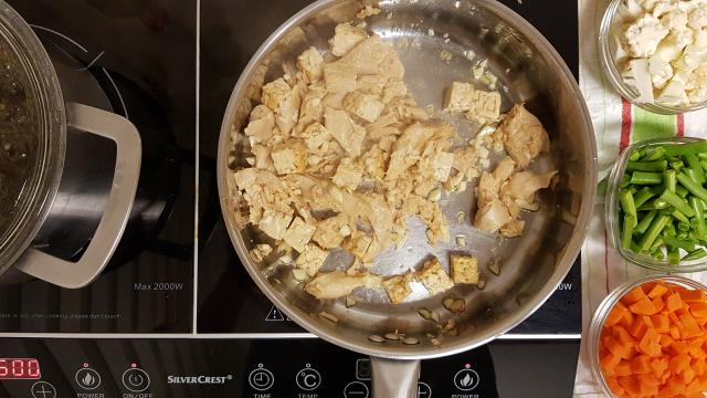 ah verspakket indonesische nasi goring uien en vegetarisch kip bakken