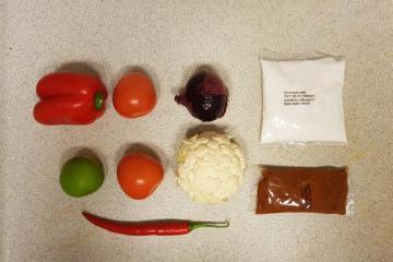 indiase curry madras verspakket hoogvliet op tafel paprika snijden (10)