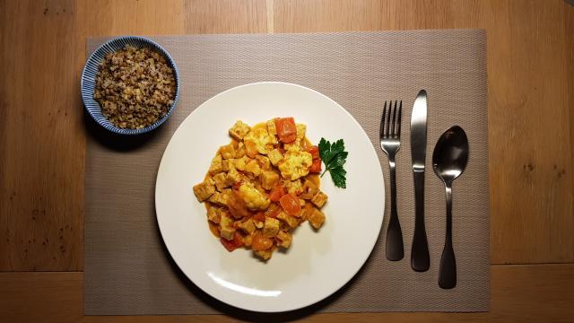 indiase curry madras verspakket hoogvliet op tafel paprika snijden (15)