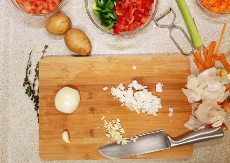 AH verspakket Goulashsoep ui en knoflook snijden