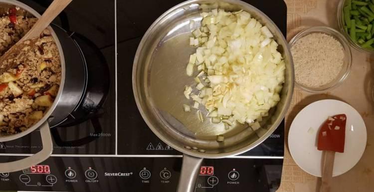 Bobotie recept verspakket ui en knoflook fruiten