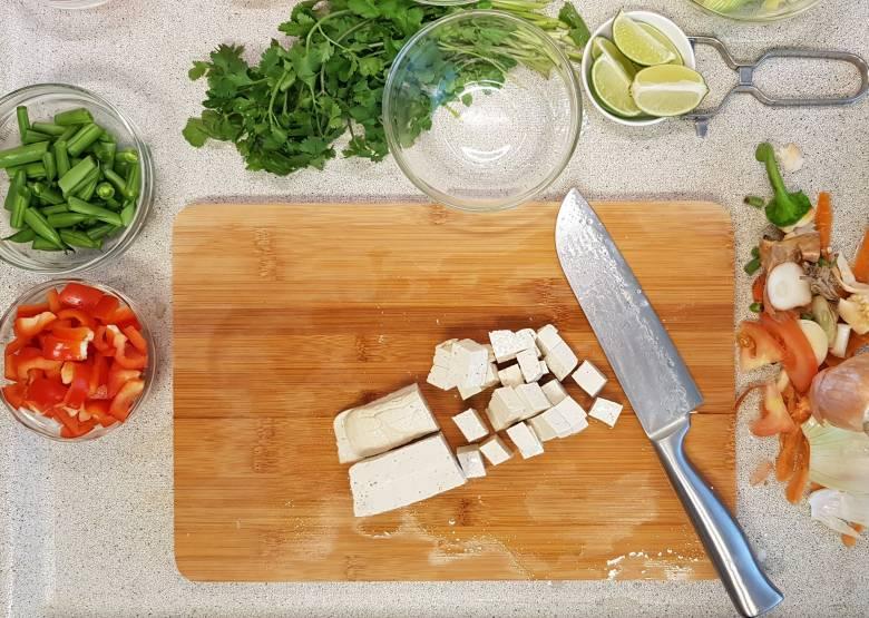 verspakket ah noedelsoep tom yam tofu snijden en toevoegen