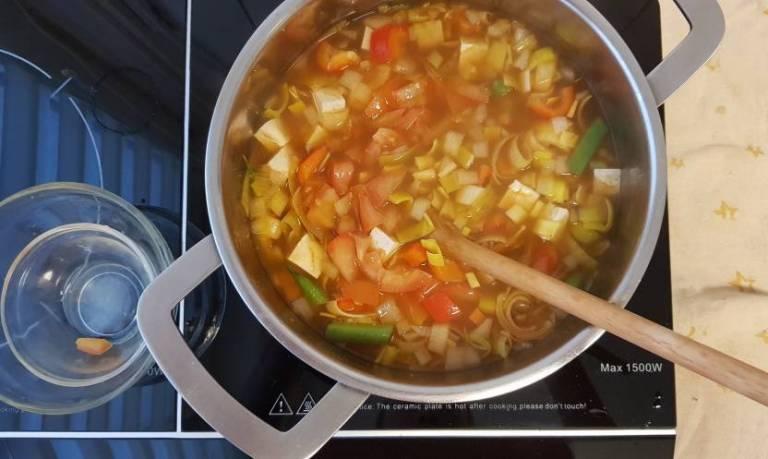 verspakket ah noedelsoep tom yam kruidenpasta en groenten toevoegen