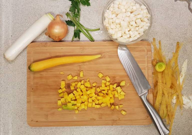Lidl verspakket bruine bonensoep wortel snijden