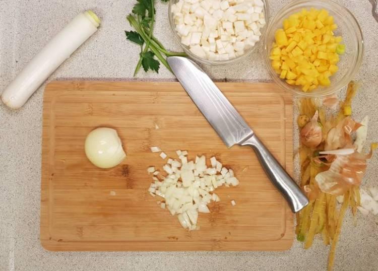 Lidl verspakket bruine bonensoep uien snijden