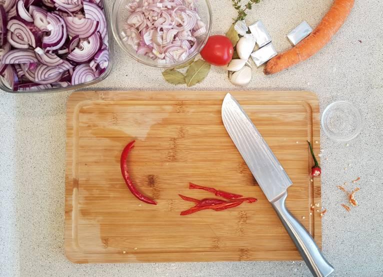 Uiensoep met wortel verspakket plus wortel peper snijden