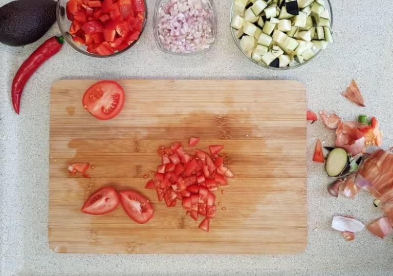 Tandoori wrap met avocado van plus verspakket aubergine tomaten in blokjes