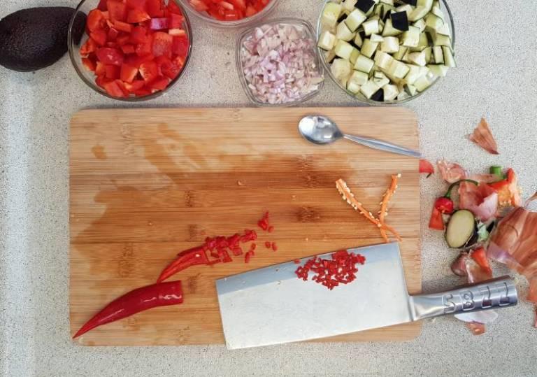 Tandoori wrap met avocado van plus verspakket aubergine rode pepper snijden