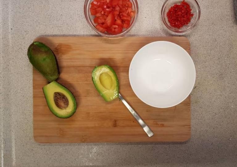 Tandoori wrap met van plus verspakket aubergine avocado bereiden
