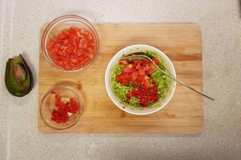 Tandoori wrap met avocado plus verspakket aubergine guacamole voorbereiden