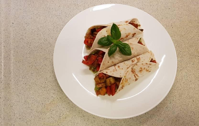 Tandoori wrap met avocado van plus verspakket op tafel
