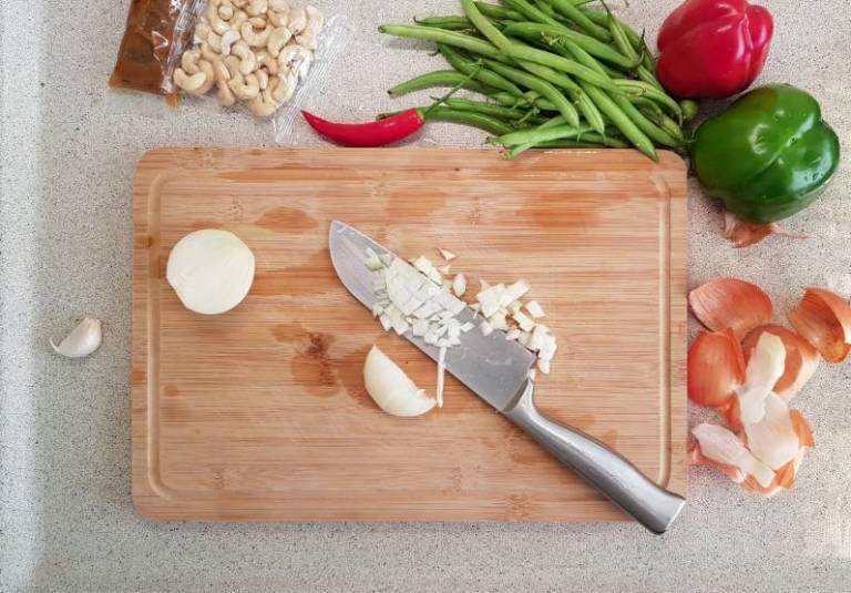 Kip Siam verspakket plus uien snijden