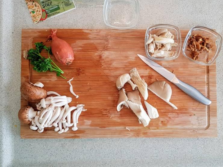 Jumbo soeppakket paddenstoelensoep paddenstoelen snijden